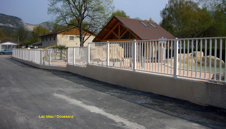 barriere piscine aluminium barrire pour piscine panneaux en verre modle neptunal barriere de. Black Bedroom Furniture Sets. Home Design Ideas